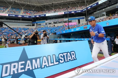 Lee Seung-yuop of the Samsung Lions takes the field before the start of the annual Korea Baseball Organization All-Star Game at Daegu Samsung Lions Park in Daegu on July 15, 2017. (Yonhap)