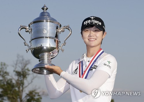 In this Associated Press photo, Park Sung-hyun of South Korea hoists the winner's trophy after capturing the U.S. Women's Open at Trump National Golf Club in Bedminster, New Jersey, on July 16, 2017. (Yonhap)