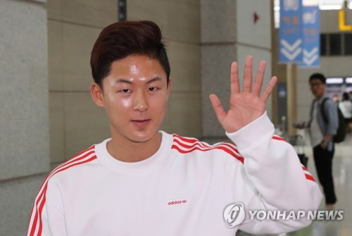 In this file photo taken on June 26, 2017, FC Barcelona Juvenil A forward Lee Seung-woo waves to fans before departing for Spain at Incheon International Airport in Incheon, west of Seoul. (Yonhap)