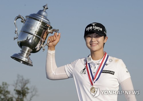 In this Associated Press photo, Park Sung-hyun of South Korea holds up the winner's trophy after capturing the U.S. Women's Open at Trump National Golf Club in Bedminster, New Jersey, on July 16, 2017. (Yonhap)