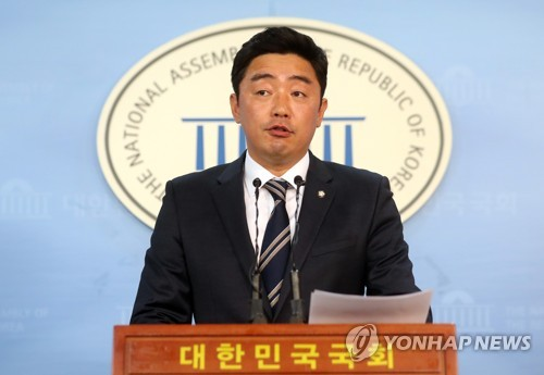 This photo, taken on July 5, 2017, shows Kang Hoon-sik, the spokesman for the ruling Democratic Party, speaking during a press conference at the National Assembly in Seoul. (Yonhap)