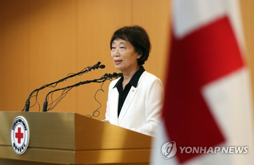 This photo, taken on July 17, 2017, shows Kim Sun-hyang, acting president of the Korean Red Cross, announcing South Korea's offer for separated family reunions talks with North Korea in August. (Yonhap)