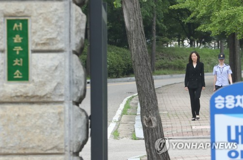 Former culture minister Cho Yoon-sun leaves the Seoul Detention Center, south of Seoul, on July 27, 2017, after a local court gave her a suspended sentence in the  cultural blacklist case. (Yonhap)
