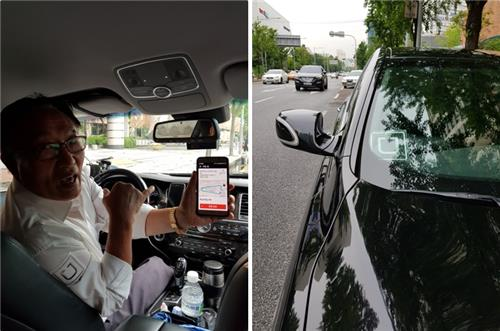 In the left photo taken on July 24, 2017, UberBLACK driver Lee Hee-ham (L) presents Uber's ride-hailing service app which shows information on service fares, course, distance traveled etc. In the right photo, the Uber sign is placed on the windshield. (Yonhap)
