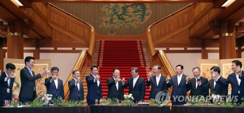 President Moon Jae-in (6th from R) makes a toast with business leaders during a dinner gathering at the presidential office Cheong Wa Dae in Seoul on July 28, 2017. (Yonhap)