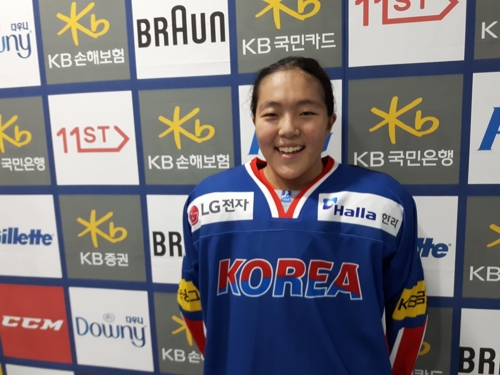 South Korean women's hockey team forward Grace Lee poses for pictures after an interview at Gangneung Hockey Centre in Gangneung, Gangwon Province, on July 28, 2017, following her team's friendly game against Sweden. (Yonhap)