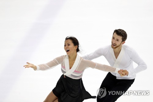South Korean ice dancers Min Yu-ra (L) and Alexander Gamelin perform during the Figure Skating Korea Challenge at Mokdong Ice Rink in Seoul on July 30, 2017. Gamelin, born in the United States, has acquired a South Korean passport, which will allow him and Min to represent South Korea at the 2018 PyeongChang Winter Olympics if they qualify. (Yonhap)