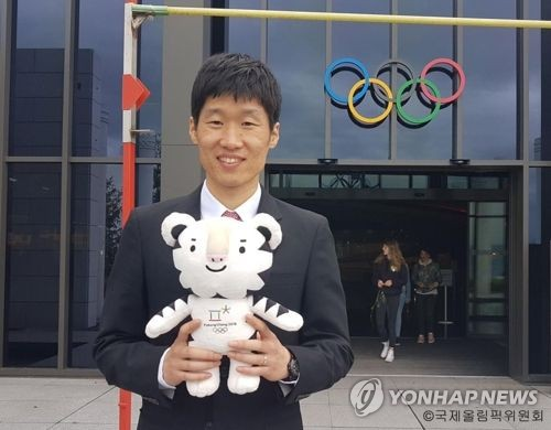In this undated photo captured from the International Olympic Committee's Facebook page, former South Korean football star Park Ji-sung poses with Soohorang, the mascot for the 2018 PyeongChang Winter Olympics. (Yonhap)