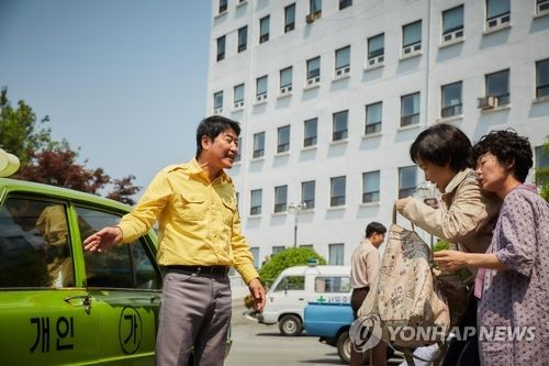 """This image released by Showbox is a scene from """"A Taxi Driver."""" (Yonhap)"""