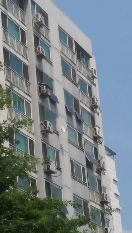 Several dozen solar panels are mounted in front of windows in a 1,224-unit apartment complex in Huikyung-dong eastern Seoul on Aug. 3, 2017. (Yonhap)
