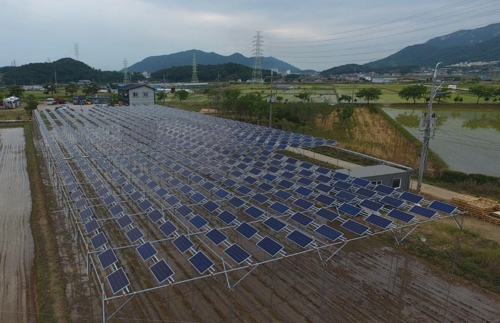 The Korea South-East Power Co. has installed solar panels on a 6,600-square meter rice paddy in Goseong, some 460 kilometers south of Seoul. This photo is provided by the Korea South-East Power. (Yonhap)