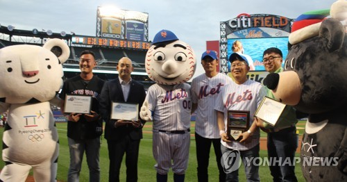 South Korean actor Jang Dong-gun (3rd from R) poses after throwing out the ceremonial first pitch at Citi Field in New York.(Courtesy of the Korea Times)