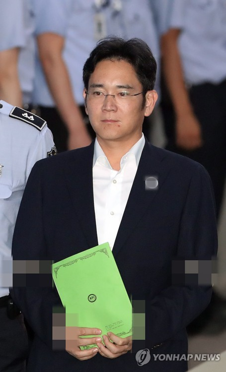 Lee Jae-yong, vice chairman of Samsung Electronics Co., enters the courthouse in Seoul on Aug. 7, 2017, for his trial over bribery and other charges in connection with former President Park Geun-hye. (Yonhap)