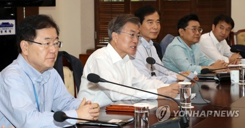 President Moon Jae-in (2nd from L) speaks at a weekly meeting with his top presidential aides held at the presidential office Cheong Wa Dae on Aug. 10, 2017. (Yonhap)