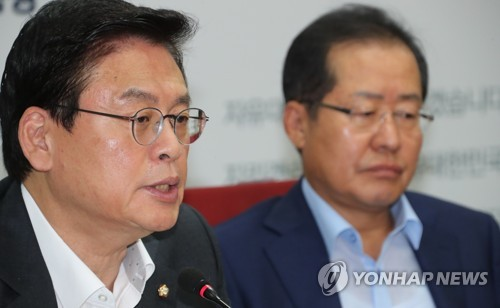 Rep. Chung Woo-taik, floor leader of the main opposition Liberty Korea Party, speaks at a meeting of top party officials at party headquarters in Yeouido, Seoul on Aug. 10, 2017. (Yonhap)