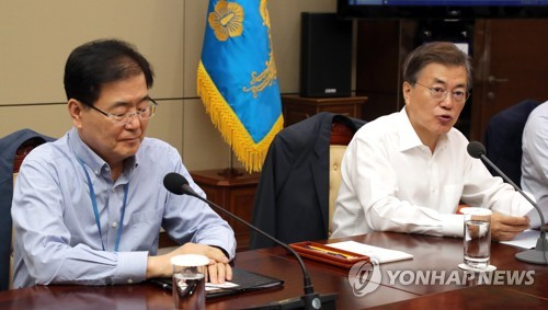 Chung Eui-yong (L), chief of the Presidential National Security Office and chairman of the National Security Council standing committee, sits tight-lipped in a weekly meeting of top presidential aides held at the presidential office Cheong Wa Dae on Aug. 10, 2017. (Yonhap)