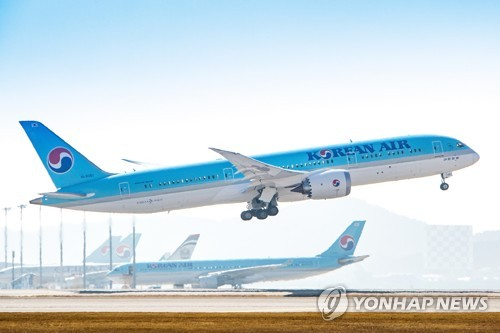 Korean Air B787-9 passenger jet taking off from an airport. (Yonhap)