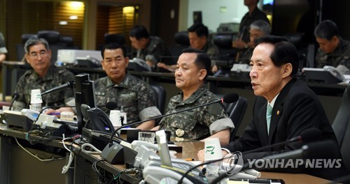This photo provided by the defense ministry on July</p><p>17, 2017, shows Defense Minister Song Young-moo (R) visiting the Joint Chiefs of Staff. (Yonhap)