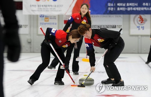 South Korean curlers train during an open practice session at Euiseong Curling Center in Euiseong, North Gyeongsang Province, on Aug. 11, 2017. (Yonhap)