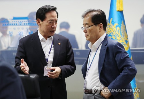 This file photo released by Cheong Wa Dae on July 29, 2017, shows Chung Eui-yong (R), the head of the Presidential National Security Office, listening to Defense Minister Song Young-moo prior to a meeting of the National Security Council in Seoul. (Yonhap)