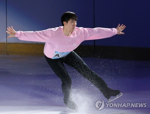 """South Korean figure skater Lee June-hyoung performs during an ice show titled """"Ice Festa of August in Gyeonggi"""" at Goyang Oulimnuri Ice Rink in Goyang, Gyeonggi Province, on Aug. 12, 2017. (Yonhap)"""