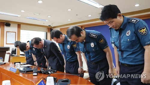 Minister of Interior and Safety Kim Boo-kyum (3rd from L) and top police officials bow in the National Police Agency headquarters in Seoul, on Aug, 13, 2017, in apology over the verbal spat between police chief and a ranking policeman about a Facebook posting. (Yonhap)