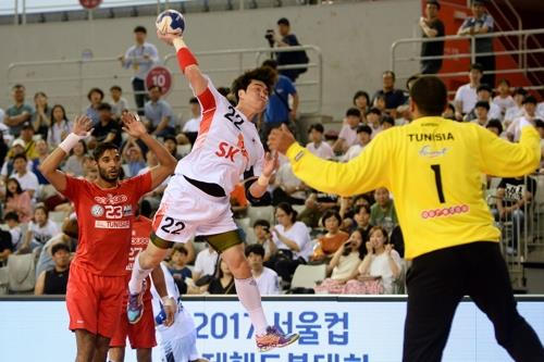 In this photo provided by the Korea Handball Federation, Ko Kyung-soo of South Korea (C) takes a shot against Tunisia at the 12th Seoul Cup Handball competition at SK Olympic Handball Gymnasium in Seoul on Aug. 13, 2017. (Yonhap)