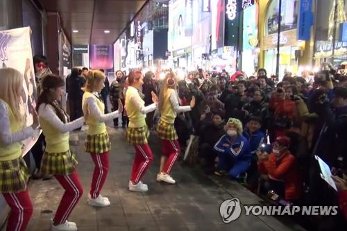 This screen shot captured from K-pop girl group Crayon Pop's YouTube page shows the band performing in front of a random crowd in downtown Seoul on Feb. 1, 2013. (Yonhap)