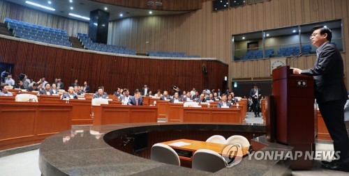 Chung Woo-taik, the floor leader of the main opposition Liberty Korea Party, speaks during a general meeting of lawmakers at the National Assembly in Seoul on Aug. 16, 2017. (Yonhap)