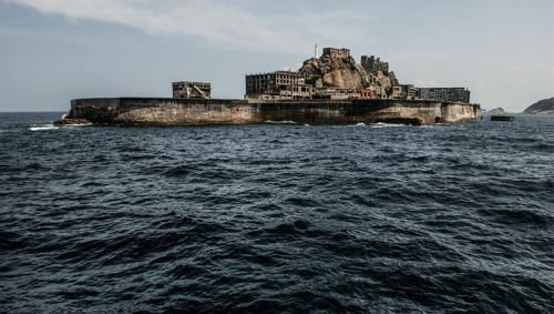 The shape of Hashima Island resembles a warship from a distance as shown in this photo taken by South Korean photographer Lee Jae-gab in July 2008. The photo was provided by Lee. (Yonhap)