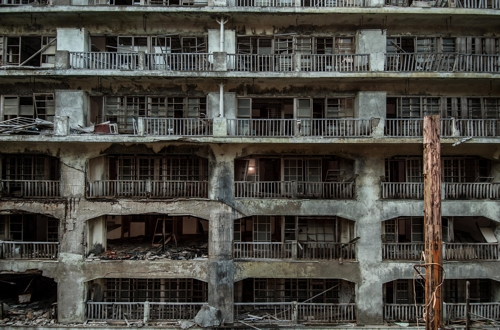Seen here are ruins of former apartment blocks for the Japanese on Hashima Island in this photo taken in July 2008. The photo was provided by South Korean photographer Lee Jae-gab. (Yonhap)