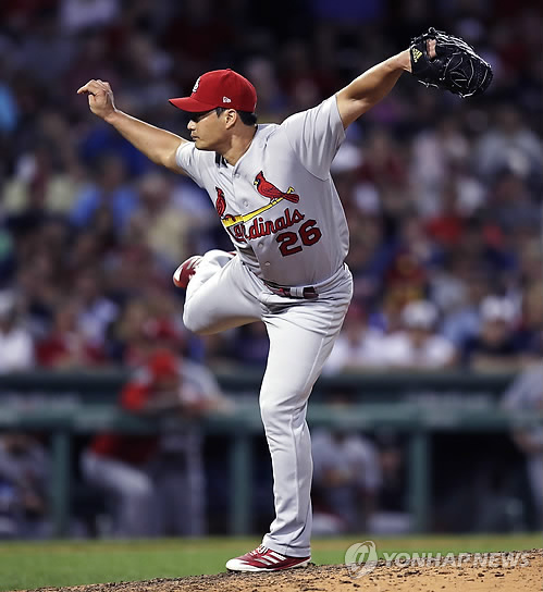 In this photo taken by the Associated Press on Aug. 16, 2017, St. Louis Cardinals pitcher Oh Seung-hwan throws a pitch against the Boston Red Sox in Boston. (Yonhap)