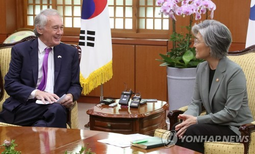 South Korean Foreign Minister Kang Kyung-wha (R) meets with U.S. Sen. Edward Markey at her office in Seoul on Aug. 22, 2017. (Yonhap)