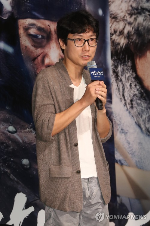 """Director Hwang Dong-hyuck speaks during a press conference for """"The Fortress"""" at a Seoul theater on Aug. 23, 2017. (Yonhap)"""