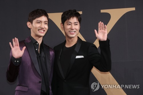 Boy band TVXQ waves to the camera during a comeback press conference held at Hotel Silla in Seoul on Aug. 21, 2017. (Yonhap)