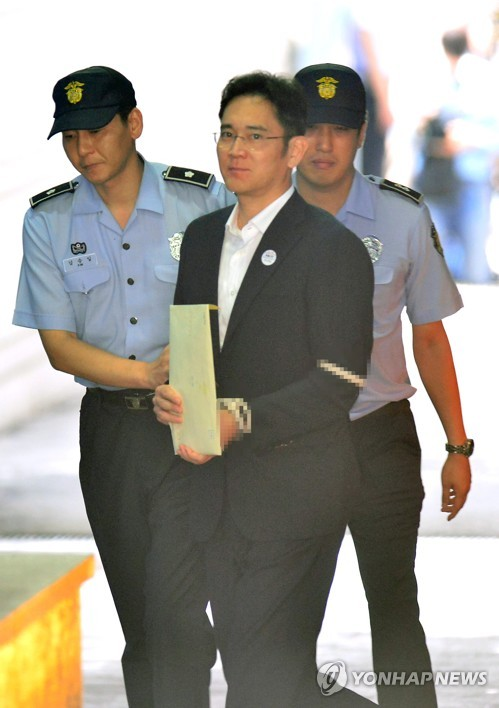 Samsung Electronics Vice Chairman Lee Jae-yong is escorted to a courtroom after arriving at the Seoul Central District Court on Aug. 25, 2017. (Yonhap)