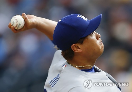 In this photo taken by the Associated Press, Los Angeles Dodgers starter Ryu Hyun-jin throws a pitch against the Pittsburgh Pirates at PNC Park in Pittsburgh on Aug. 24, 2017. (Yonhap)