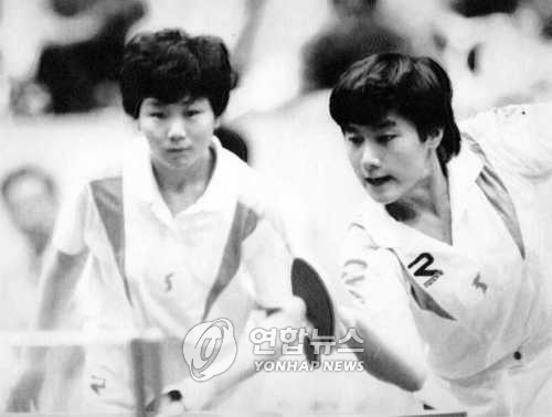 This file photo shows South Korean table tennis player Hyun Jung-hwa (R) and Li Bun-hui from North Korea playing double matches under a unified team at the 1991 World Table Tennis Championships. (Yonhap)