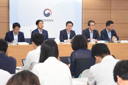 South Korea's Finance Minister Kim Dong-yeon (C) and ministry officials participate in a press briefing on the 2018 budget proposal held in Sejong on Aug. 25, 2017. (Courtesy of the Ministry of Strategy and Finance)