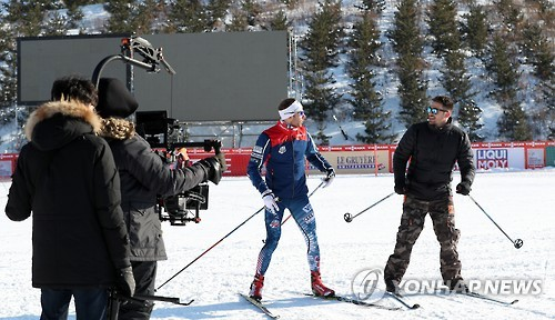 U.S. actor Jonathan Bennett (R) takes a brief cross-country skiing lesson from U.S. cross-country Olympian Andrew Newell at the Alpensia Cross-Country Skiing Center in South Korea's alpine town of PyeongChang, the venue for the 2018 Winter Olympics, in this file photo taken on Feb. 1, 2017. (Yonhap)