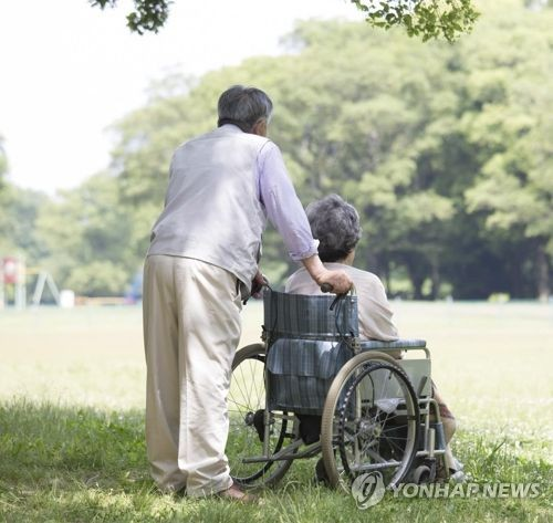 This image provided by Getty Image Bank shows an elderly South Korean couple. (Yonhap)