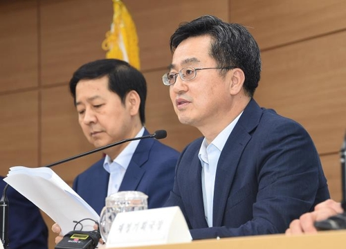 South Korea's Finance Minister Kim Dong-yeon (R) speaks at a press briefing on the 2018 budget proposal held in Sejong on Aug. 25, 2017. (Courtesy of the Ministry of Strategy and Finance)