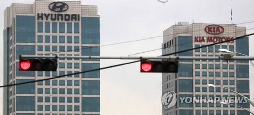 In this photo taken on Aug. 30, 2017, traffic lights turn red near the headquarters buildings of Hyundai Motor Co. and Kia Motors Corp. in southern Seoul. (Yonhap)