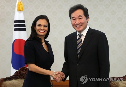 South Korean Prime Minister Lee Nak-yon (R) shakes hands with Panamanian Vice President Isabel de Saint Malo at the Government Complex Seoul on Aug. 30, 2017. (Yonhap)