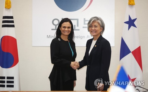 South Korean Foreign Minister Kang Kyung-wha (R) shakes hands with Panamanian Vice President Isabel de Saint Malo at the ministry building in Seoul on Aug. 29, 2017. (Yonhap)