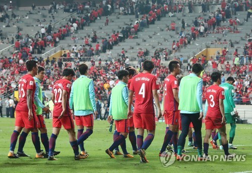South Korean players walk off the field after a scoreless draw with Iran in their World Cup qualifier at Seoul World Cup Stadium on Aug. 31, 2017. (Yonhap)
