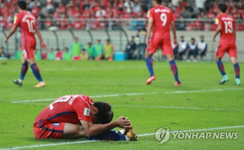 Kwon Chang-hoon of South Korea reacts after a missed scoring opportunity against Iran in the teams' World Cup qualifier at Seoul World Cup Stadium on Aug. 31, 2017. (Yonhap)