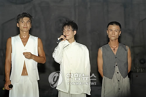 This file photo shows boy band Seo Tai-ji and Boys on stage during a concert held at the Olympic Gymnasium on Aug. 13, 1994. (Yonhap)