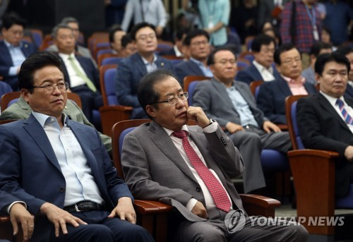 Hong Joon-pyo (second from L), head of the main opposition Liberty Korea Party, attends an emergency meeting of party lawmakers at the National Assembly in Yeouido, Seoul, on Sept. 2, 2017, where the party decided to boycott the ongoing regular session of the National Assembly. (Yonhap)