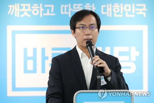 This photo, taken on Aug. 2, 2017, shows Rep. Kim Young-woo, the chief of the National Assembly's defense committee, speaking during his party meeting at the party headquarters in Seoul. (Yonhap)
